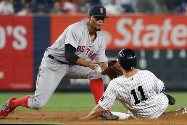 Xander Jan Bogaerts about to apply the tag on Brett Michael Gardner: Brexit or not, here we come! (Photo: AP)